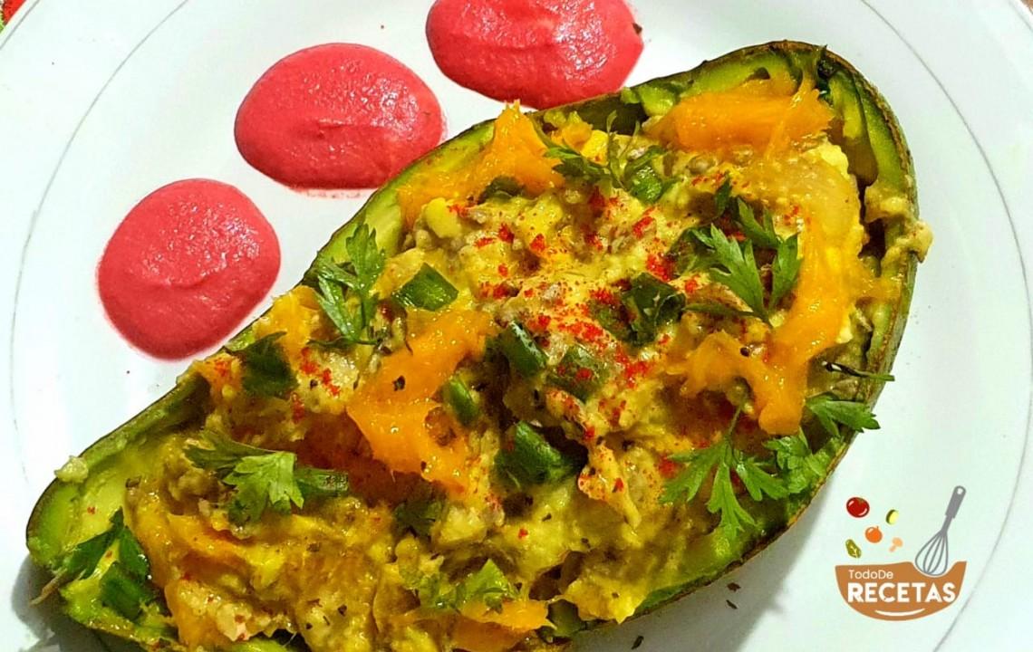 Aguacate relleno con mango y semillas