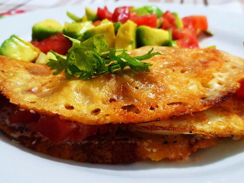 Cheese Tortilla con ensalada de aguacate